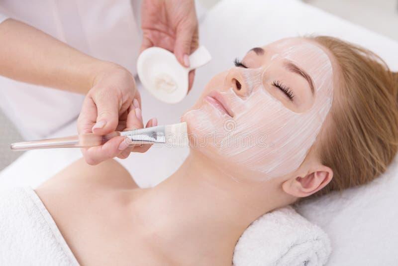 Женщина получает лицевой щиток гермошлема beautician на курорте стоковое изображение