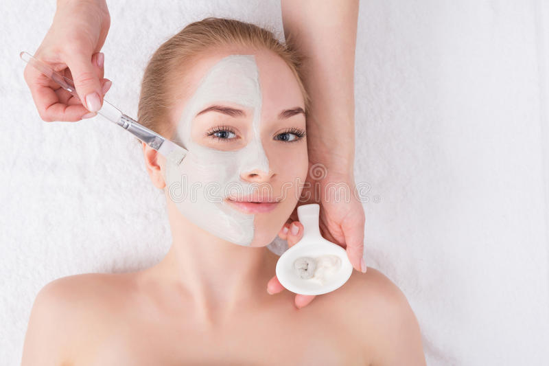 Женщина получает лицевой щиток гермошлема beautician на курорте стоковые изображения