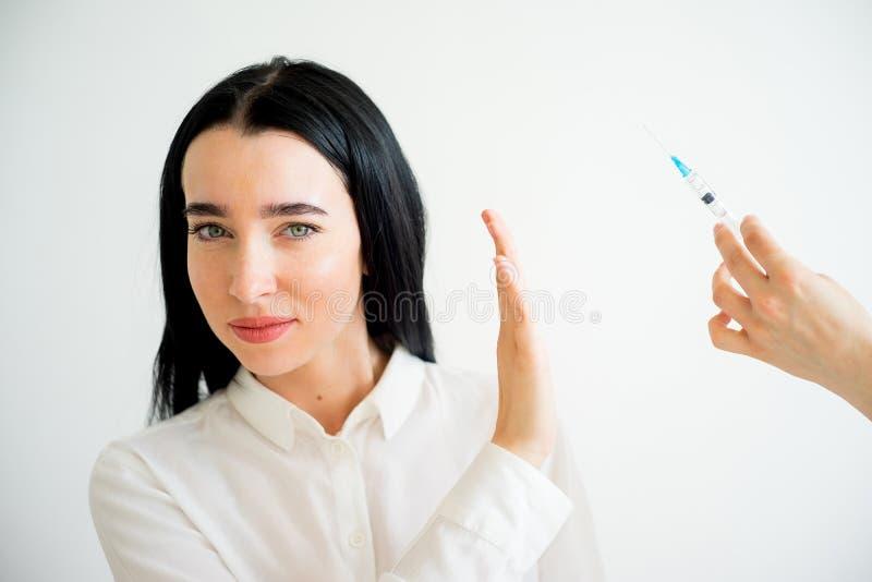Женщина получает лицевую впрыску стоковые фотографии rf