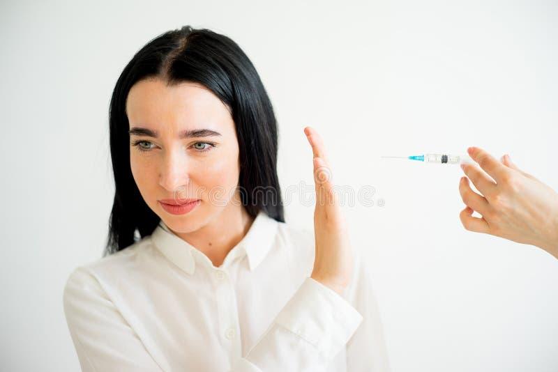 Женщина получает лицевую впрыску стоковые изображения rf