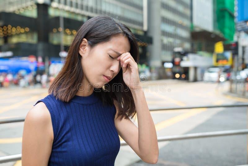Женщина получая больной на внешнем стоковые фото