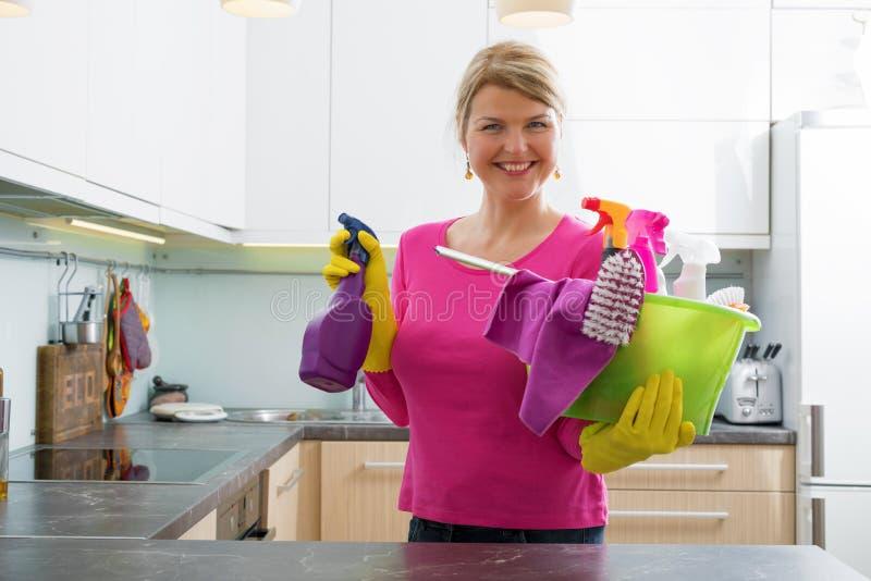 Женщина получая готовый для чистки весны стоковые изображения