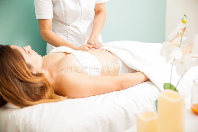 Женщина получая глубокий массаж ткани стоковые изображения