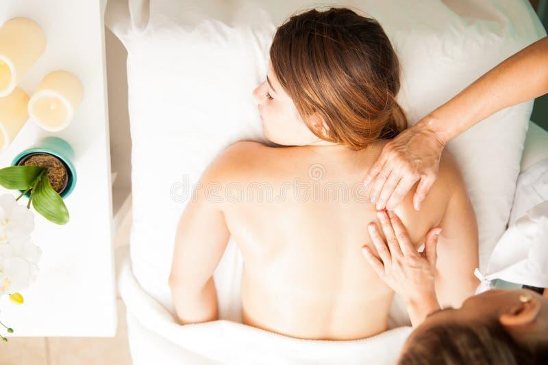 Женщина получая задний массаж сверху стоковое фото rf