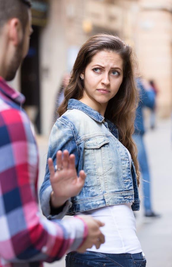Женщина получая освобожданный досадного человека стоковое фото
