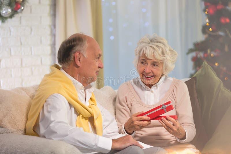 Женщина получая подарок рождества стоковые изображения rf
