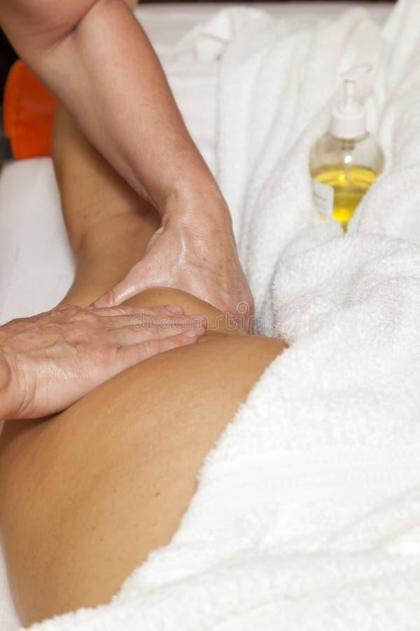 Женщина получая профессиональный массаж и лимфатический дренаж - различную демонстрацию методов стоковое фото rf