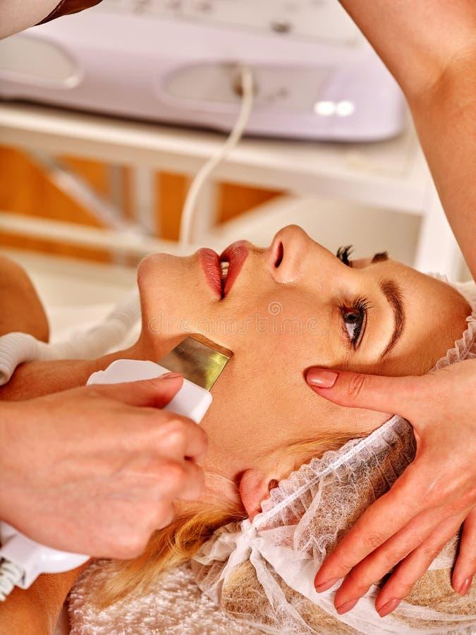 Женщина получая электрический лицевой массаж шелушения стоковое изображение rf