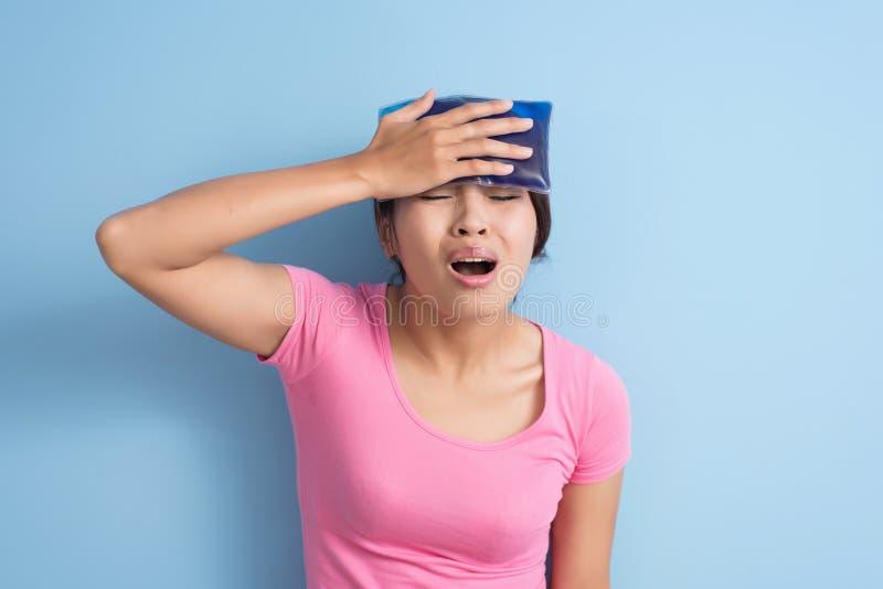Женщина получила головную боль стоковые фото
