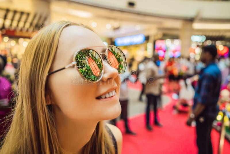 Женщина празднует китайский взгляд Нового Года на китайских красных фонариках Китайские фонарики отражены в стеклах стоковая фотография rf
