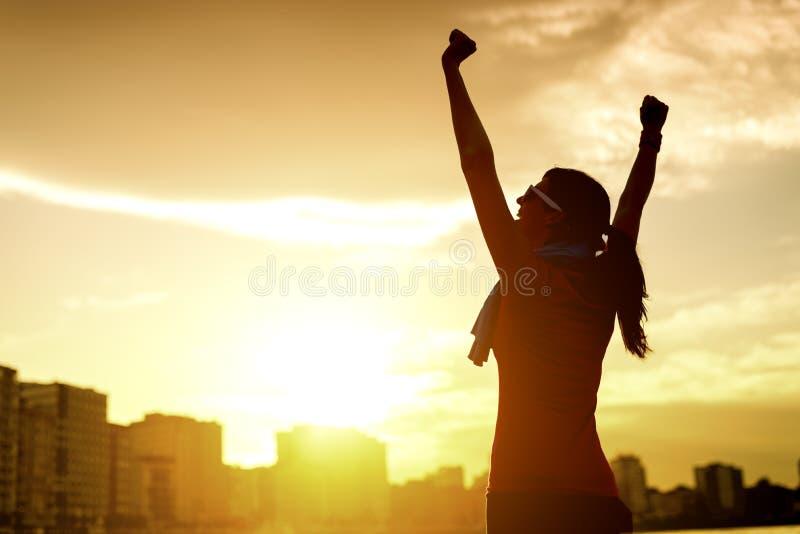 Женщина празднуя успех спорта стоковое фото rf