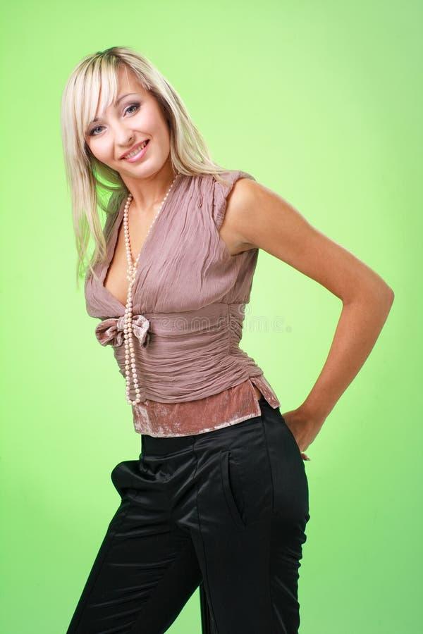 женщина предпосылки зеленая стоящая стоковая фотография