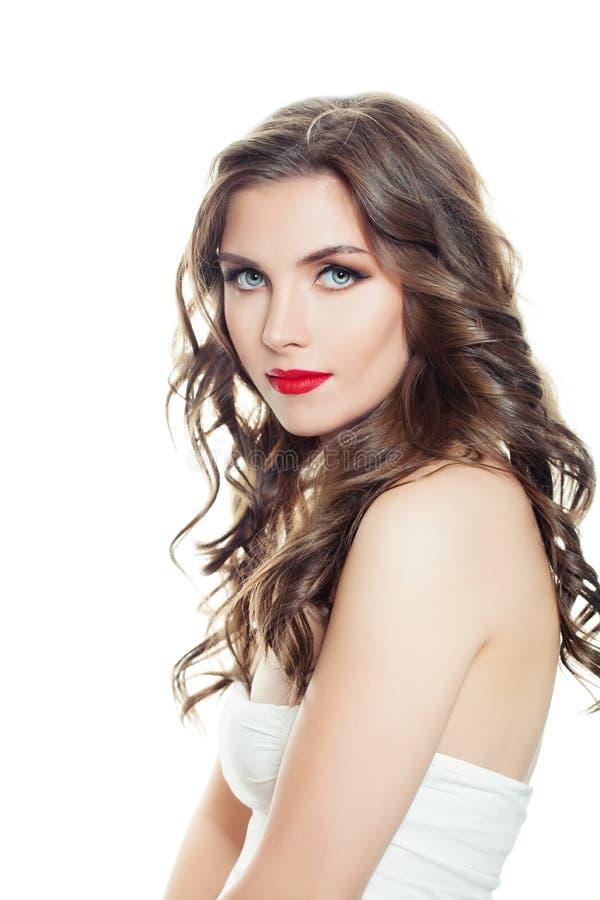 женщина предпосылки шикарная изолированная белая Идеальная модель с макияжем и длинным портретом вьющиеся волосы стоковое изображение rf