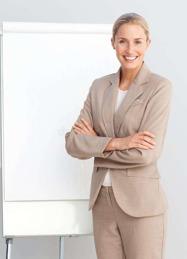 женщина представления дела доски стоящая стоковое изображение rf