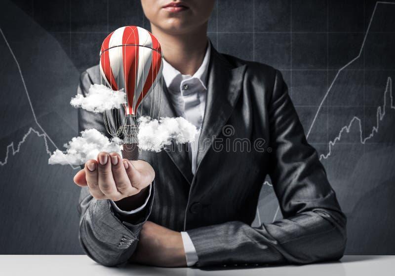 Женщина представляя воздушный шар летания в руке стоковые изображения rf