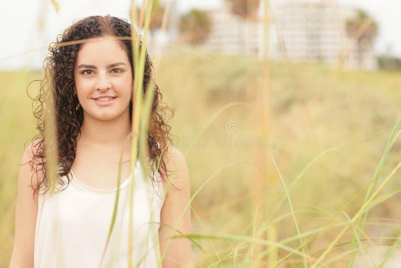 Женщина представляя в дюнах стоковое изображение