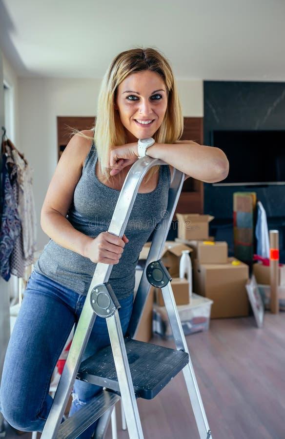Женщина представляя в живущей комнате стоковое изображение rf