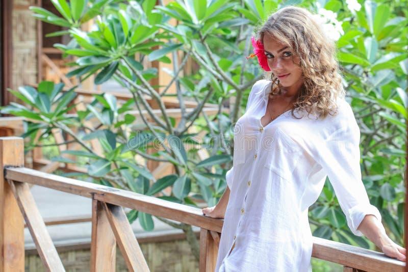Женщина представляя в рубашке стоковая фотография