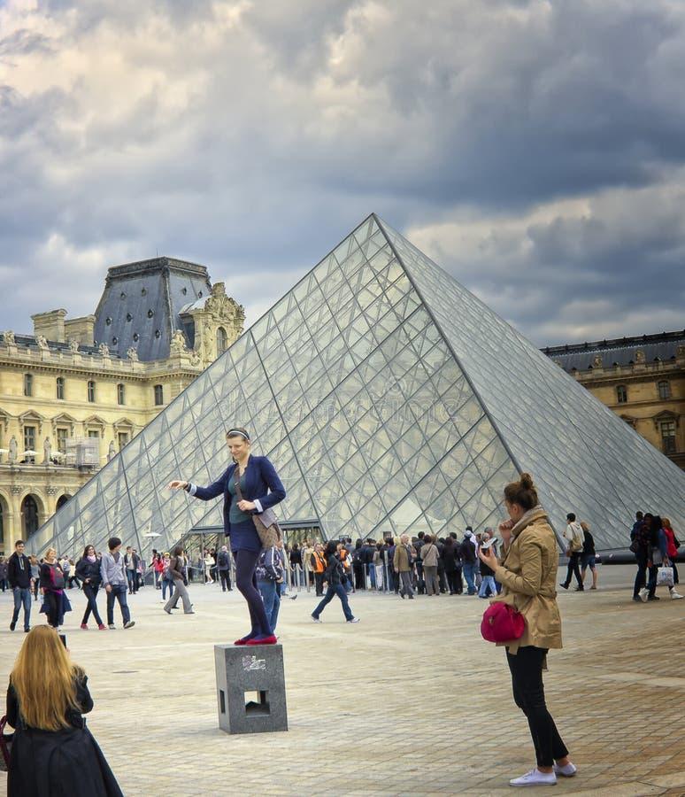 Женщина представляя, жалюзи, Париж франция стоковое изображение rf