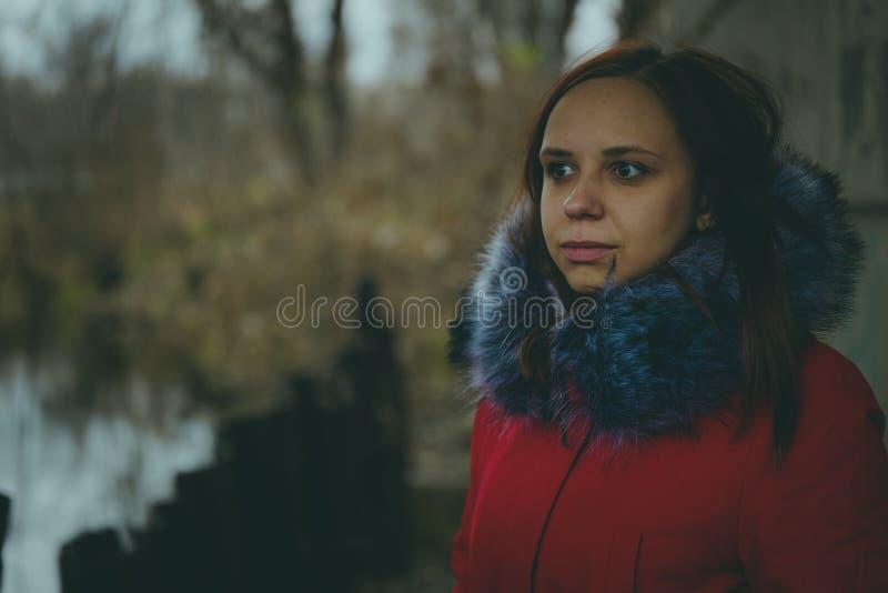 Женщина представляя на улице, женской в уличной одежде в зиме E стоковое фото rf