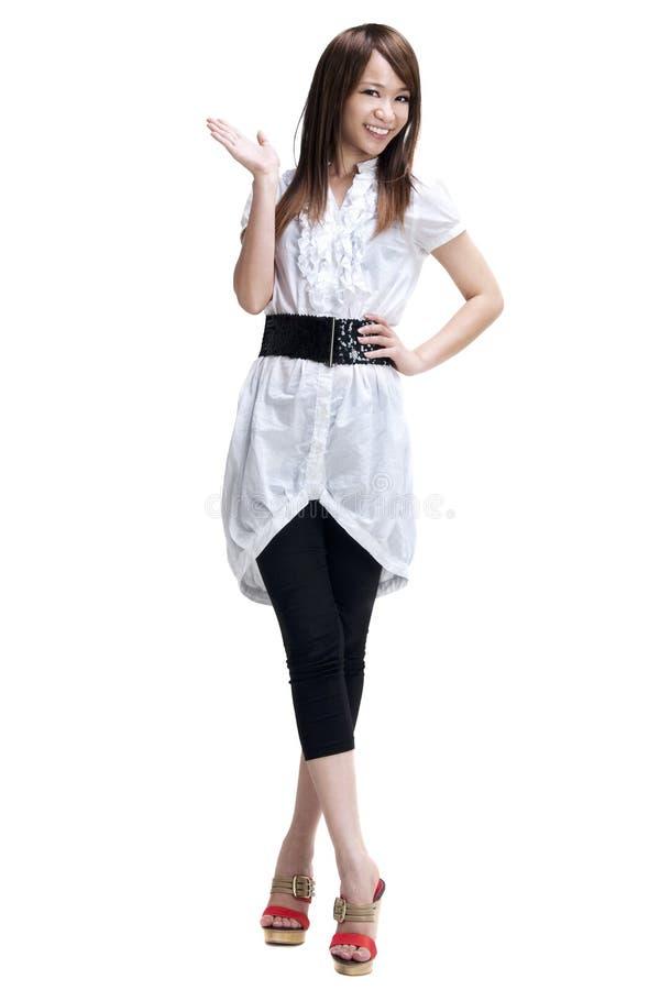 Женщина представляя продукт изолированный на белизне. стоковые изображения