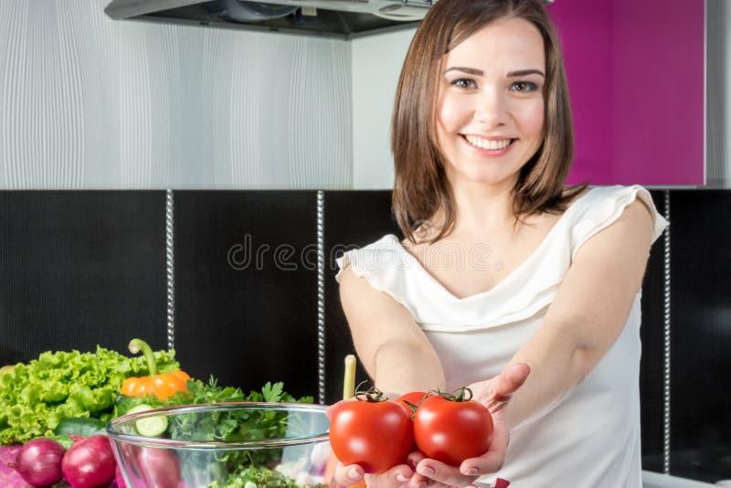 Женщина предлагает томаты стоковые изображения