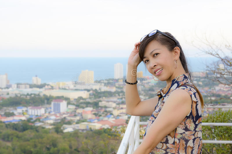 Download Женщина представляет на высокой точке обозревая город. Стоковое Фото - изображение насчитывающей место, напольно: 33732114