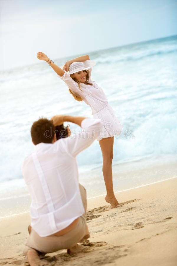 Женщина представляя на пляже для фотографировать стоковая фотография rf