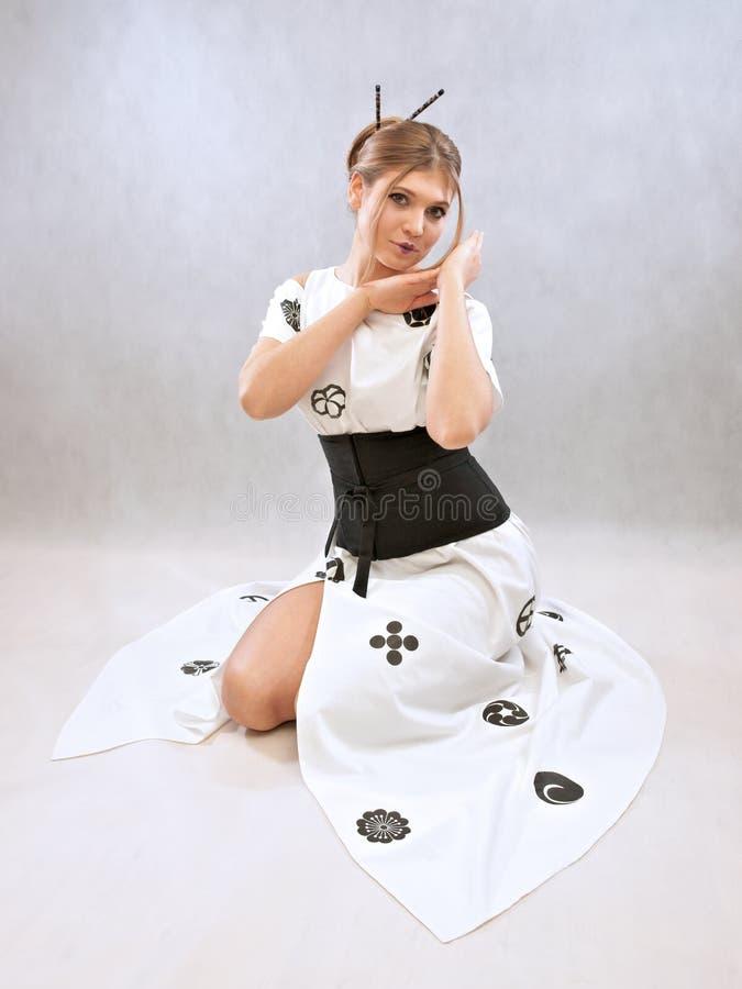 Женщина представляя платье воодушевила японским кимоно стоковые изображения