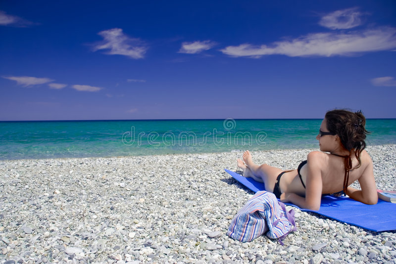 женщина привлекательного пляжа лежа стоковая фотография rf