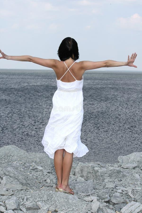 женщина привлекательного пляжа утесистая стоковые изображения rf