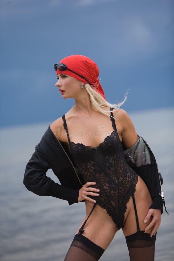 женщина привлекательного пляжа чувственная стоковые изображения rf