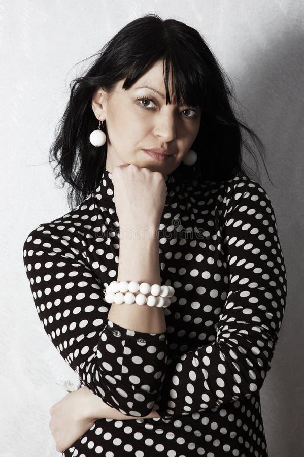женщина привлекательного портрета серьезная стоковые фото
