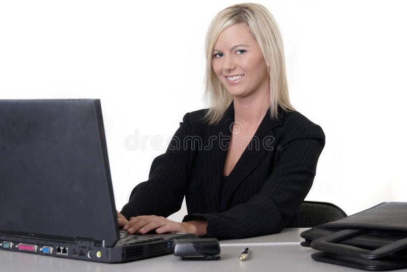 женщина привлекательной компьтер-книжки печатая на машинке стоковые изображения rf