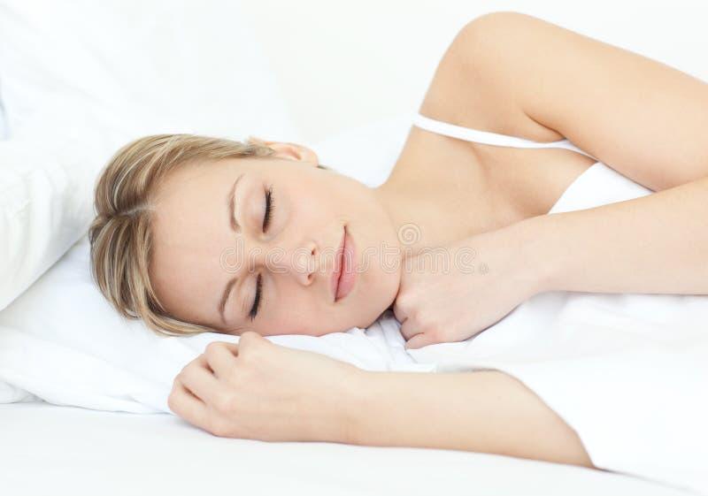 женщина привлекательной кровати стоковые фотографии rf