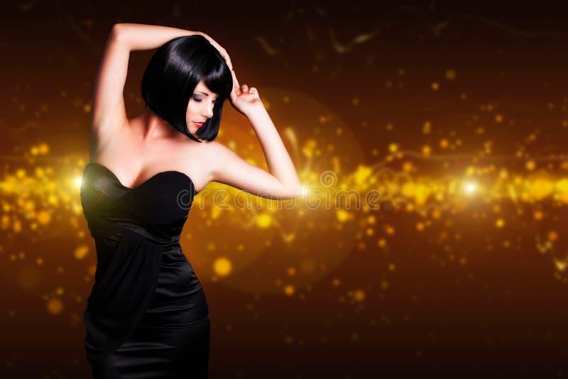 Женщина привлекательной черноты танцев с волосами стоковое изображение