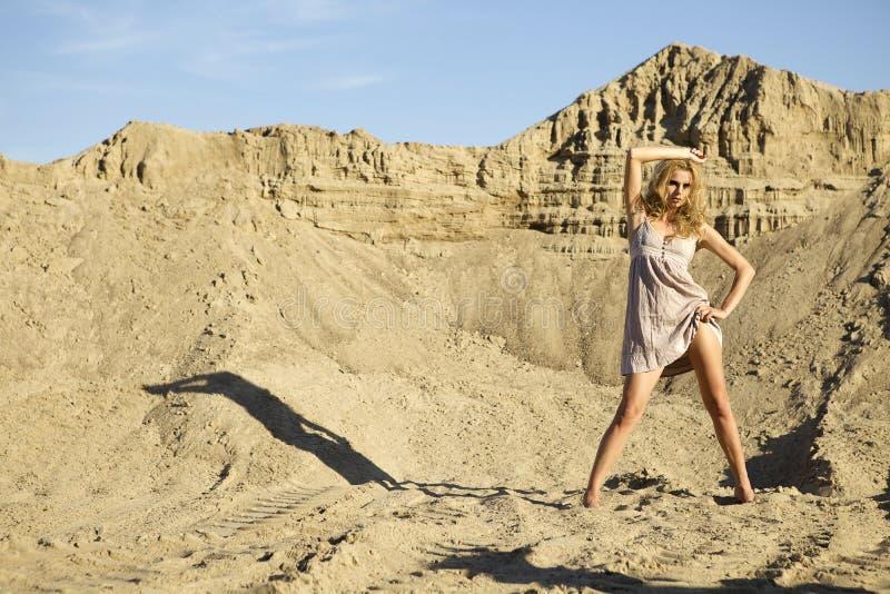 Женщина привлекательных и чувственности в пустыне стоковые изображения rf
