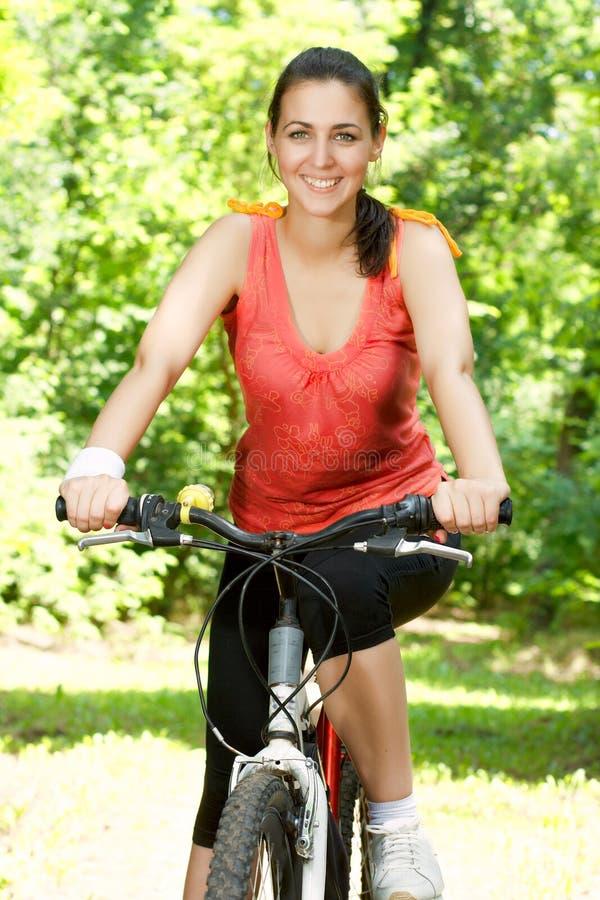 женщина пригодности велосипеда стоковая фотография