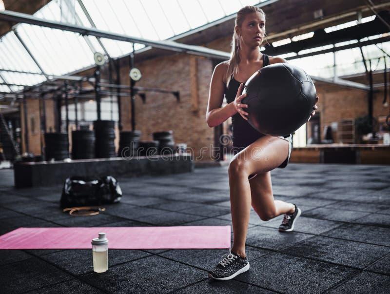 Женщина пригонки работая на спортзале со швейцарским шариком стоковое фото rf