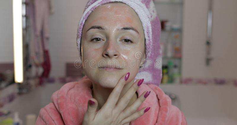 Женщина прикладывая сливк кожи маски moisturizing Спа Skincare Лицевая маска стоковое изображение rf