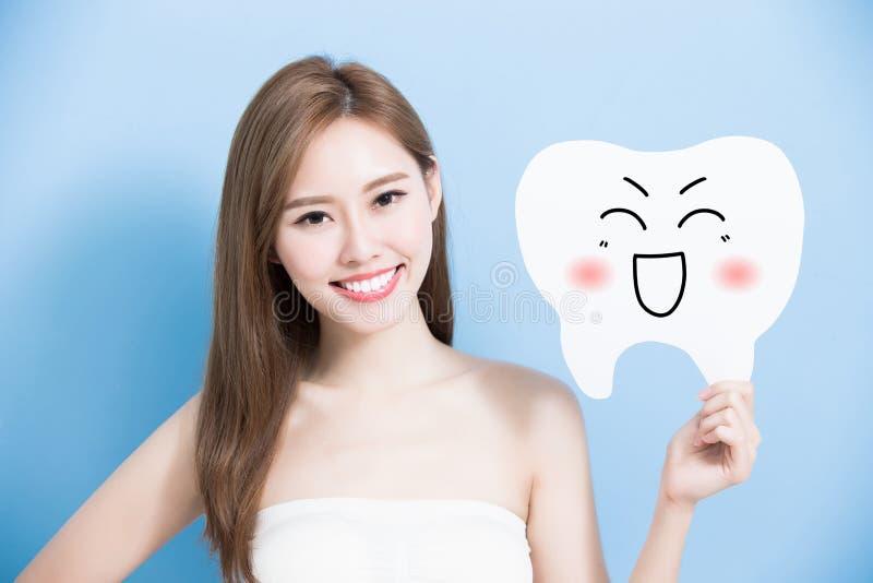 Женщина принимает милый зуб стоковые изображения