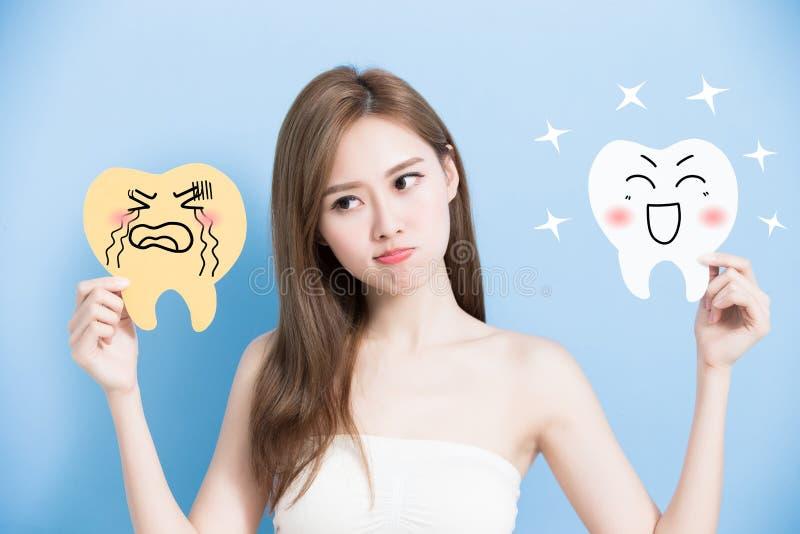 Женщина принимает милый зуб стоковое изображение rf