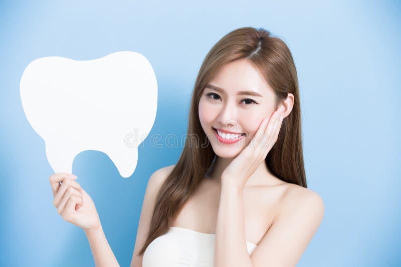 Женщина принимает милый зуб стоковое изображение