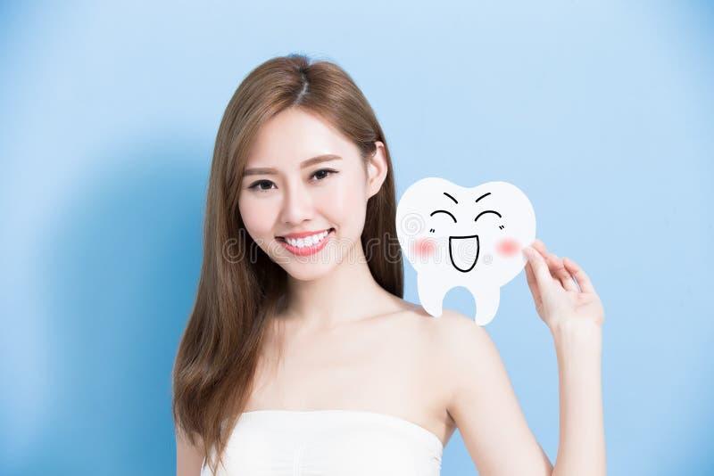 Женщина принимает милый зуб стоковое фото rf