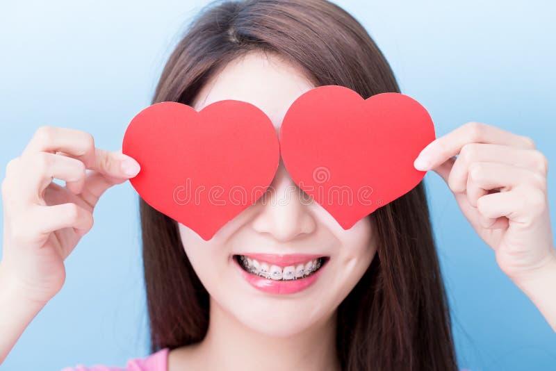 Женщина принимает сердце стоковое фото rf
