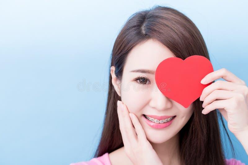 Женщина принимает сердце стоковое изображение
