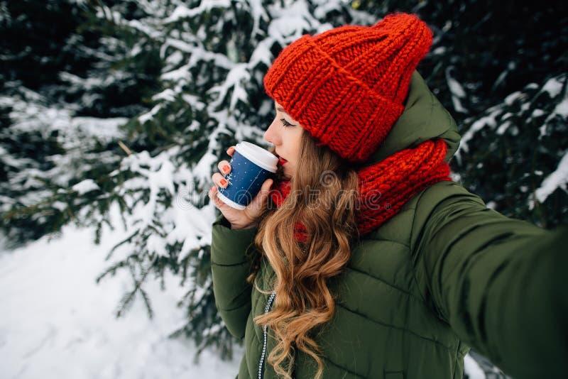 Женщина принимает selfie с кофе в дне зимы снежном холодном стоковая фотография