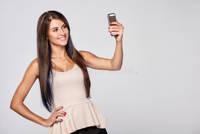 Женщина принимая автопортрет стоковое фото
