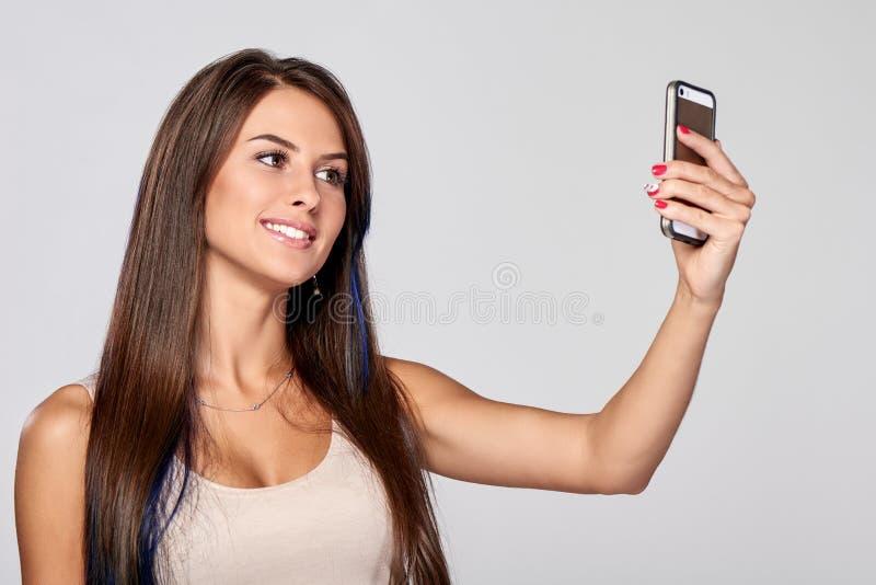 Женщина принимая автопортрет стоковая фотография