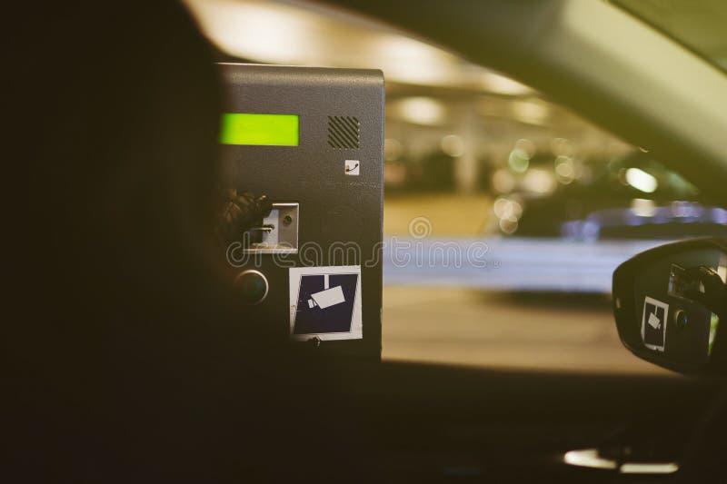 Женщина принимая билет автопарковочного счетчика стоковые фотографии rf